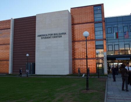оборудване за сцена и спортна зала заамерикански университет