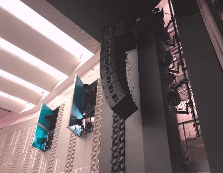 окачване на аудио система за концертна зала