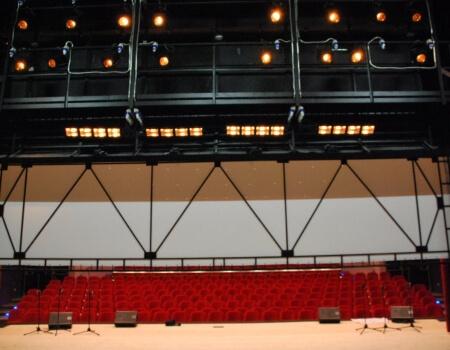 сценично оборудване и ефектно осветление за сцена